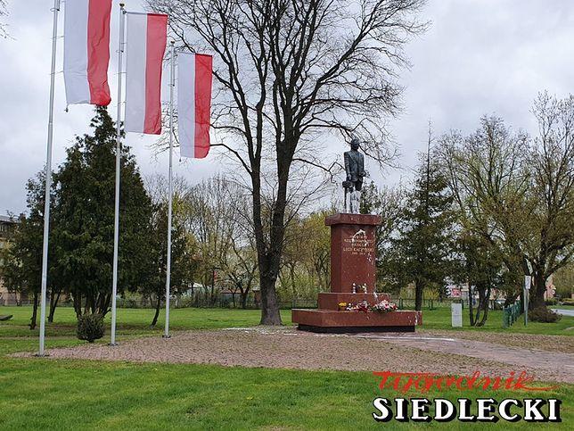 Siedlce. O zabrudzeniu farbą pomnika Lecha Kaczyńskiego poinformował policję fotoreporter Tygodnika Siedleckiego