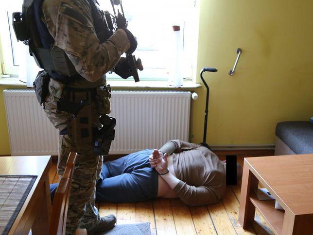 Mazowieckie. Ojciec i syn napadli na bank w Błoniu i skradli pieniądze. Policja ujęła ich po kilku dniach. Grozi im od 3 do 15 lat więzienia