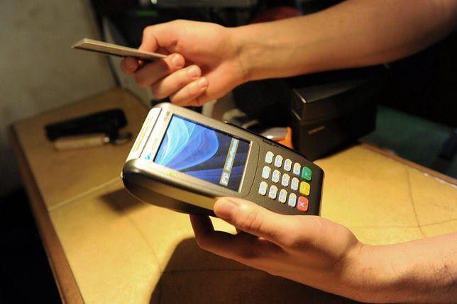 Mazowieckie. Podejrzany płacił za zakupy znalezioną kartą kredytową [zdj. ilustracyjne]