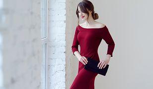 Czerwona sukienka przyciąga uwagę i jest niezwykle kobieca