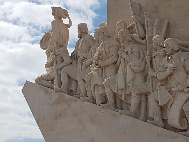 Pomnik Odkrywców, na którym uwiecznieni zostali m.in. Vasco da Gama czy Ferdynand Magellan, symbolizuje otwartość na świat i inność mieszkańców tego urokliwego kraju