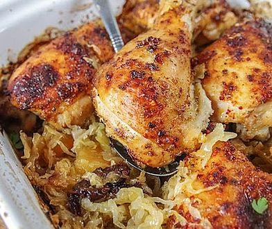 Kurczak pieczony na kiszonej kapuście. Obiad po swojsku