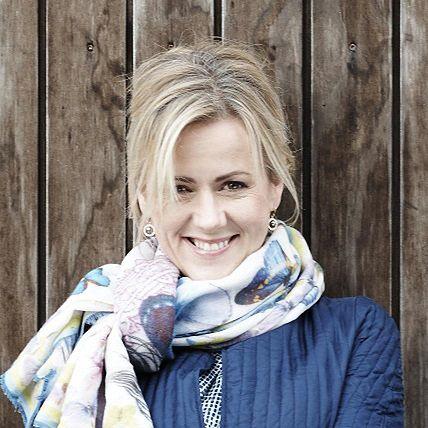 Jojo Moyes jest brytyjską dziennikarką i powieściopisarką, specjalizującą się w gatunku romans