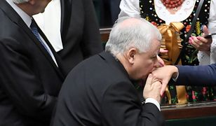 Jarosław Kaczyński pocałował w dłoń Katarzynę Piekarską. Tworzą wspólny zespół