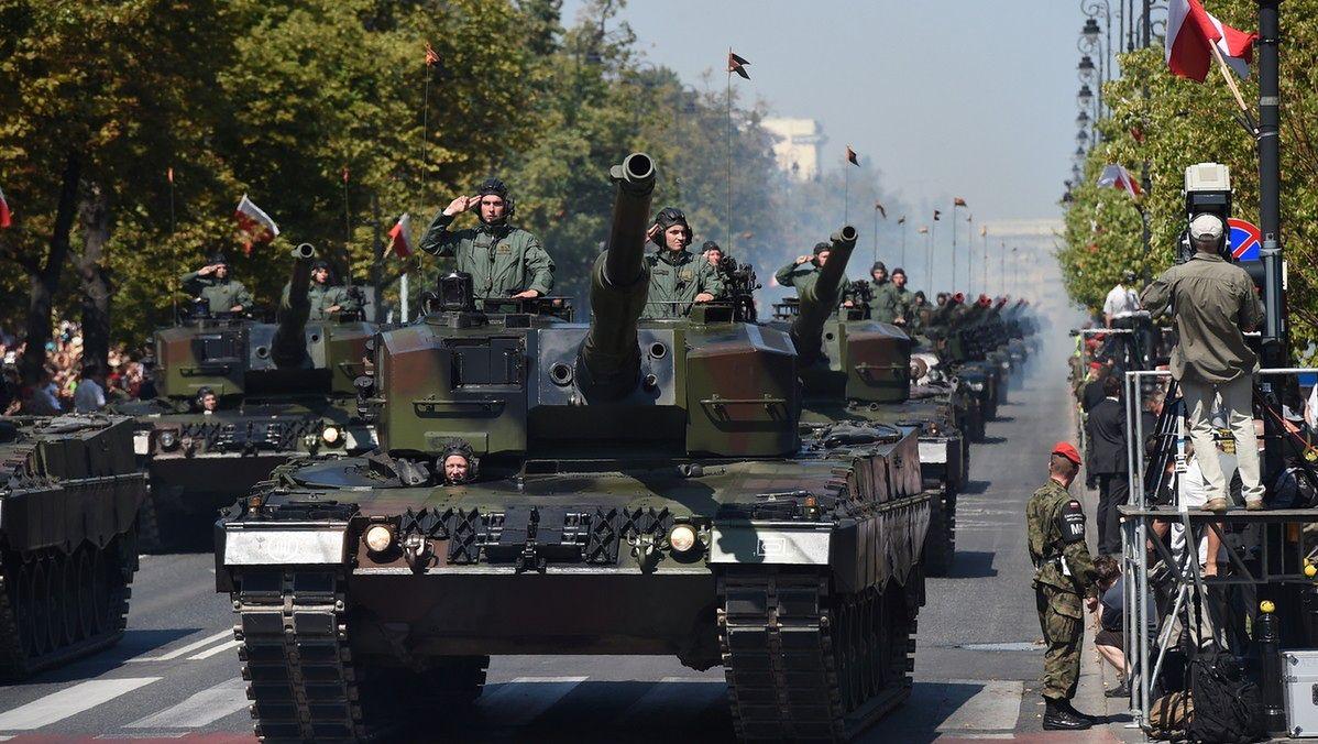 Defilada wojskowa: 1,5 tys. żołnierzy, 150 pojazdów wojskowych i ponad 50 samolotów i śmigłowców