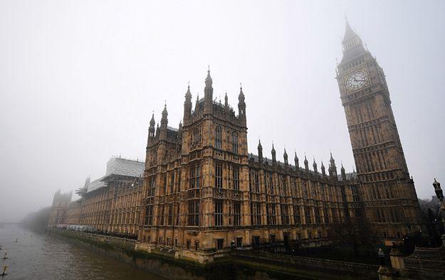 Gęsta mgła całkowicie sparaliżowała lotniska w Wielkiej Brytanii