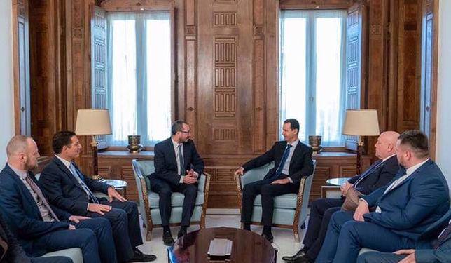 Polski polityk podał rękę Asadowi. To prezent dla propagandy Syrii i Rosji