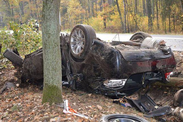 Opolskie: Samochód wpadł do rowu i potem dachował. Nie żyje jedna osoba