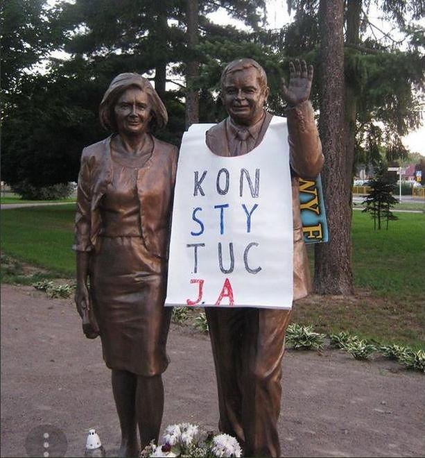 Baner zawisł na pomniku Lecha Kaczyńskiego w Białej Podlaskiej