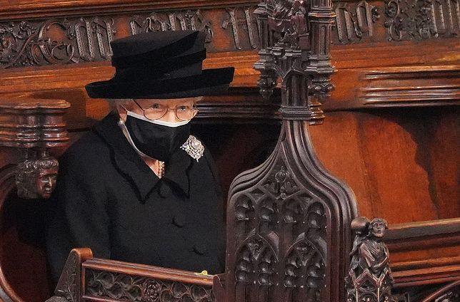 Królowa Elżbieta II wyłamuje się z wiekowych schematów