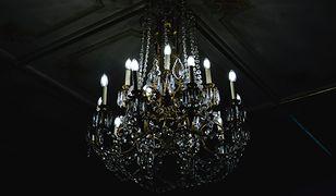 Oświetlenie jak w pałacu – żyrandole i kinkiety o szlachetnym charakterze