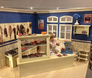 Warszawa. Mała rzeźniczka z maleńkimi wędlinkami to jeden z eksponatów Muzeum Domków dla Lalek w Pałacu Kultury