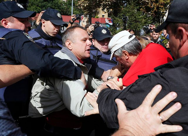 Są zatrzymani po bijatykach przed rosyjskimi placówkami