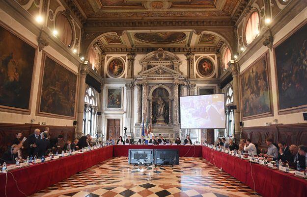 Komisja Wenecka przyjęła opinię nt. nowej ustawy o TK. PiS: nie będzie wiążąca; Nowoczesna o polskim rządzie: obrażanie się na poziomie przedszkola