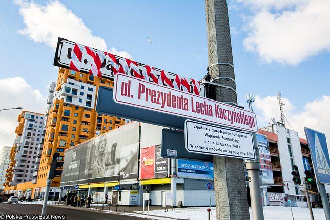 Zniszczone tablice z nazwą ul. Lecha Kaczyńskiego w Gdańsku. Przetrwały jeden dzień