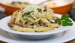 Ekspresowy makaron z kiełbasą i serem. Pyszny obiad w 15 minut