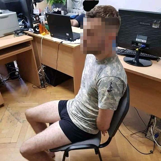 To zdjęcie z odsłonięta twarzą wyciekło do internetu. Zrobiono je najprawdopodobniej podczas przesłuchania na komisariacie policji