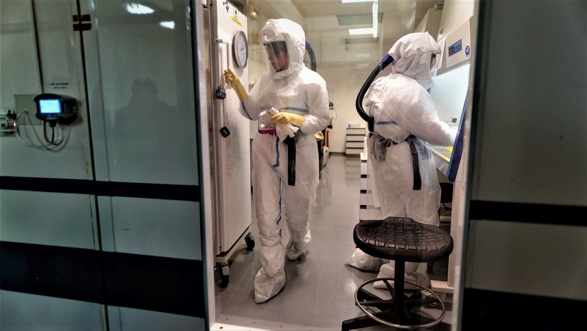 A. Danneels, techniczka medyczna i S. Belouzard, wirusolożka, pracują nad szczepionką na koronawirusa w Instytucie Pasteura w Lille, Francja, 20.03.2020