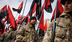 Członkowie UPA noszą czerwono-czarne sztandary