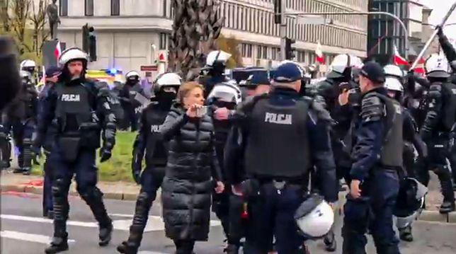 """Warszawa. Obywatele RP rozwinęli wielki transparent z napisem """"Konstytucja"""""""