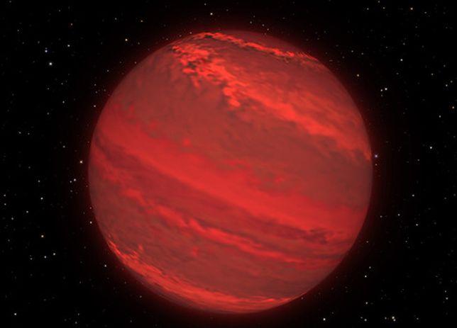 Gigantyczna planeta o masie trzech Jowiszy. Porusza się po samobójczej orbicie