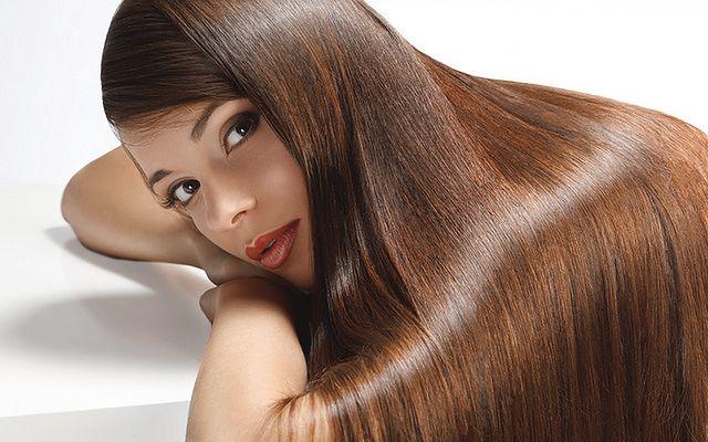Laminowanie włosów żelatyną sprawia, że kosmyki stają się sypkie, nie plączą się i łatwo je rozczesać