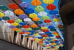 Pszczyna. Miasto zawiesiło kolorowe parasolki. Dla radnego PiS to spisek
