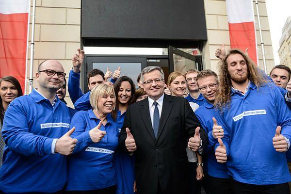 Bronisław Komorowski z wolontariuszami przed siedzibą warszawskiego biura Sztabu Wyborczego