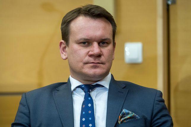 Dominik Tarczyński i dwaj inni posłowie zostali ukarani obniżeniem uposażenia o połowę