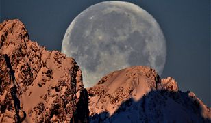 Księżyc za szczytami wyglądał doskonale