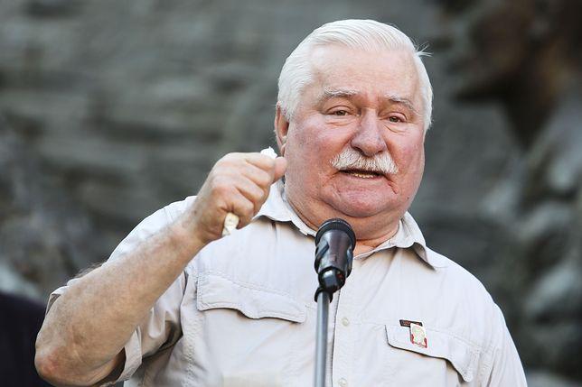 Lech Wałęsa przemawia przed gmachem Sądu Najwyższego