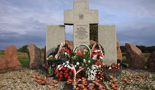 Morawiecki: jesteśmy winni pamięć ofiarom ludobójstwa w Hucie Pieniackiej. Zginęli z rąk sąsiadów, bo byli Polakami