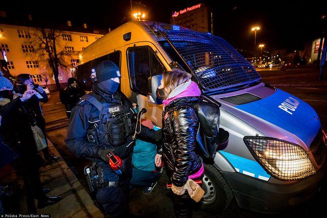 Posłanka KO uderzona na Strajku Kobiet? Interwencja służb w Bydgoszczy (posłanka Kozłowska na zdjęciu po prawej)