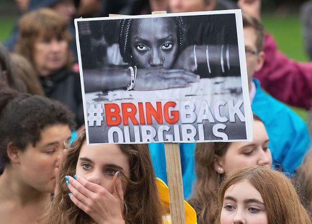 """Protesty po porwaniu uczennic z Chibok pod hasłem """"Sprowadźcie z powrotem nasze dziewczyny"""" miały wiosną 2014 r. miejsce na całym świecie"""