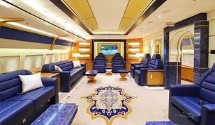 Wnętrze samolotu zdominowane jest przez złoty i niebieski kolor