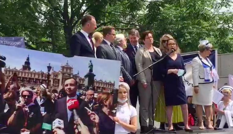 Warszawa. Protestują pielęgniarki, położne i przedstawicieli i przedstawiciele wszystkich zawodów medycznych. Branża walczy o lepsze warunki pracy i płacy, przypominając wiele obietnic polityków, którzy deklarowali działania