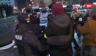 Strajk Kobiet w Warszawie. Uczestniczka protestu wyniesiona z tłumu przez policję