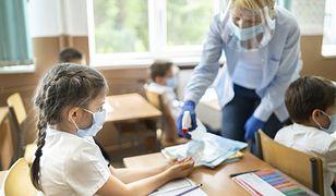 Dlaczego kaszlące dzieci siedzą na lekcjach?