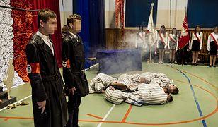 Szkolna inscenizacja mordowania więźniów obozu koncentracyjnego