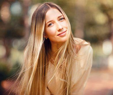 Kąpiel rozjaśniająca włosy subtelnie zmieni kolor włosów o 1-2 tony.