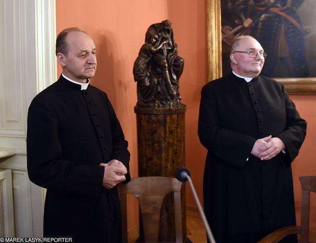 Ks. Ślusarczyk i ks. Mastalski podczas ogłaszania decyzji papieża o nominacjach