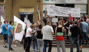 Pikieta górników z zabrzańskiej kopalni Makoszowy przed biurem poselskim Beaty Szydło w Brzeszczach - zdjęcie archiwalne z czerwca