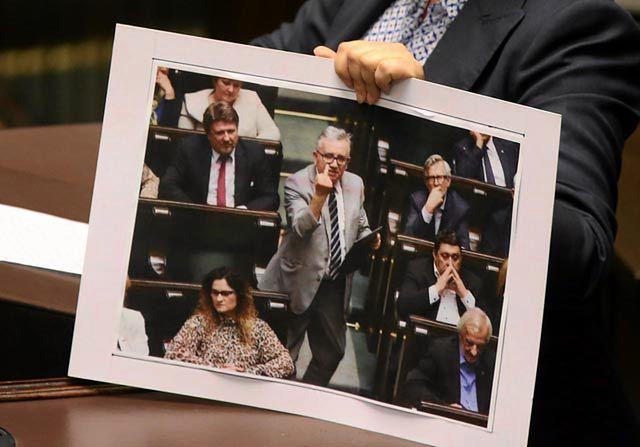 Obraźliwy gest posła PiS