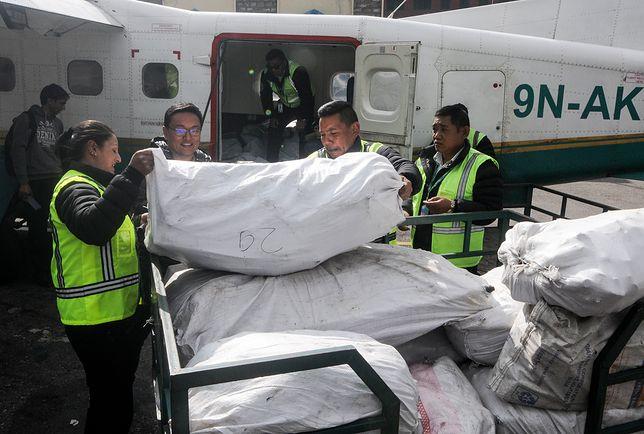 Zebrane odpady są transportowane przy pomocy linii lotniczych Nepalu