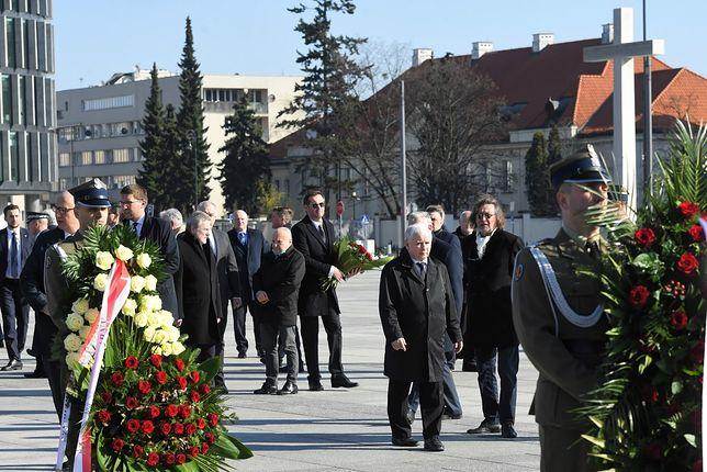 Warszawa, 10.04.2020. Obchody 10. rocznicy katastrofy smoleńskiej. Jarosław Kaczyński pod pomnikiem ofiar na placu Piłsudskiego.