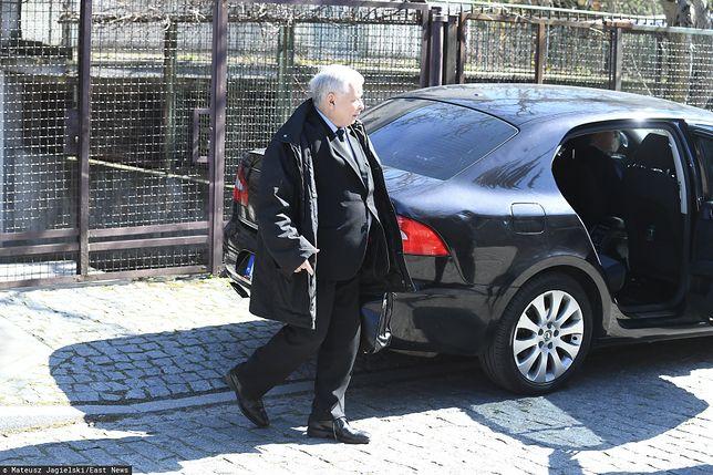 Politycy PiS tłumaczą wjazd Jarosława Kaczyńskiego na zamknięty cmentarz