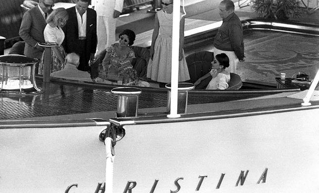 """Arystoteles Onassis, Winston Churchill (siedzący tyłem), Maria Callas i jej mąż Giovanni Battista Meneghini na pokładzie jachtu """"Christina"""" ( 1959 r.)"""