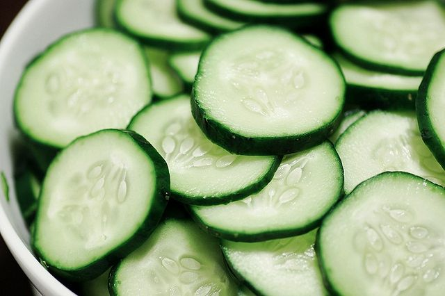 Zielony ogórek z solą morską