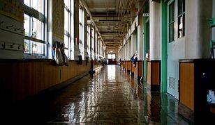Koronawirus w Polsce. Zdalne nauczanie w Radomiu. Nauczyciele szkoły podstawowej z COVID-19