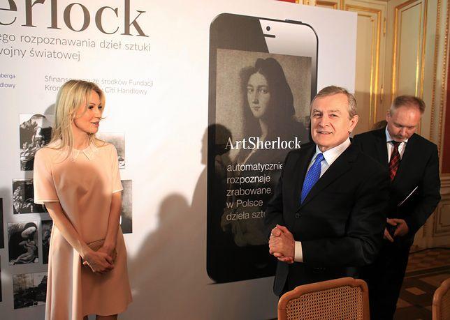 Książka Magdaleny Ogórek została dofinansowana przez ministerstwo kultury. Na zdjęciu autorka i minister Piotr Gliński podczas prezentacji aplikacji mobilnej ArtSherlock.